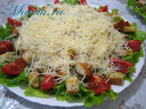 """Салат """"Цезарь"""" с курицей и помидорами"""