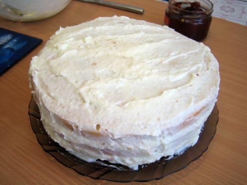 обмазываем сливками верх и бока торта